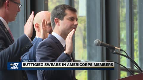 Mayor Buttigieg swears in new members of AmeriCorps