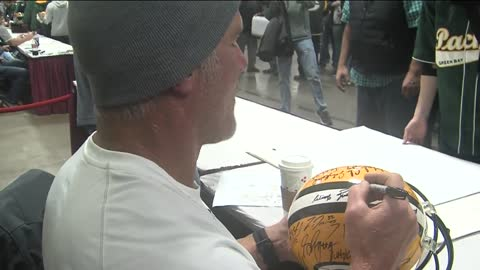 Favre, Super Bowl XXXI team signs autographs for fans at State Fair Park