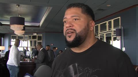 Former Packers players hop behind the bar to help honor fallen officers