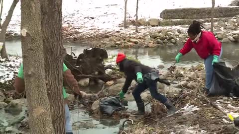 Volunteers kick off spring cleaning season at Lincoln Creek