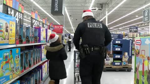 Milwaukee kids buy gifts while building relationships with cops